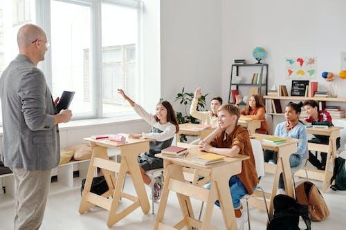 Gruppe Von Frauen, Die Auf Stuhl Vor Tisch Sitzen