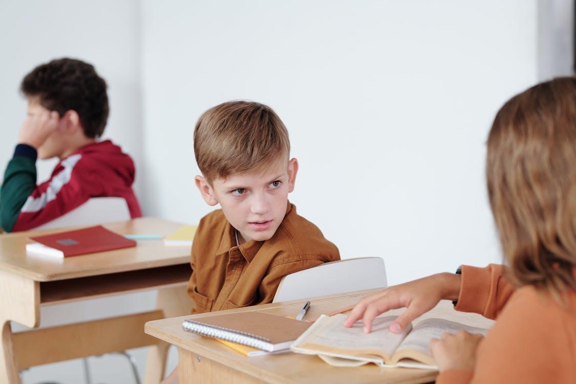 Jongen In Bruin Poloshirt Leesboek