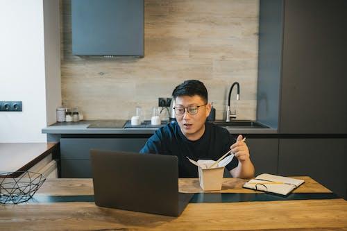 Безкоштовне стокове фото на тему «азіатський чоловік, всередині, домашній офіс»