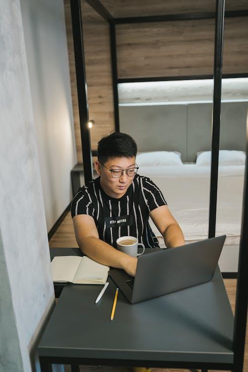 Безкоштовне стокове фото на тему «азіатський чоловік, блокнот, введення тексту»