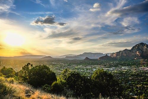 Ilmainen kuvapankkikuva tunnisteilla arizona, kultainen auringonlasku, retkeily vuoristossa, ruskea ja vihreä