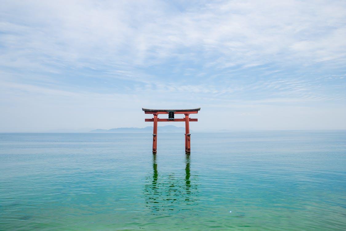 神道圣地在日本的蓝色湖泊