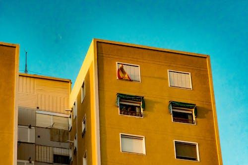 Kostenloses Stock Foto zu fenster, flagge, gebäude, himmel
