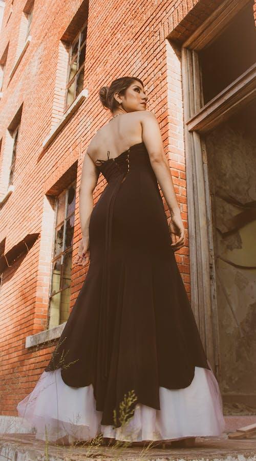 Darmowe zdjęcie z galerii z anonimowy, brunetka, budynek, całe ciało