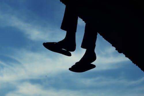 Kostenloses Stock Foto zu baumeln beine, himmel, innerer frieden