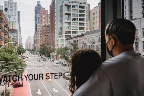 紐約街沿線無法辨認的夫婦騎索道小屋