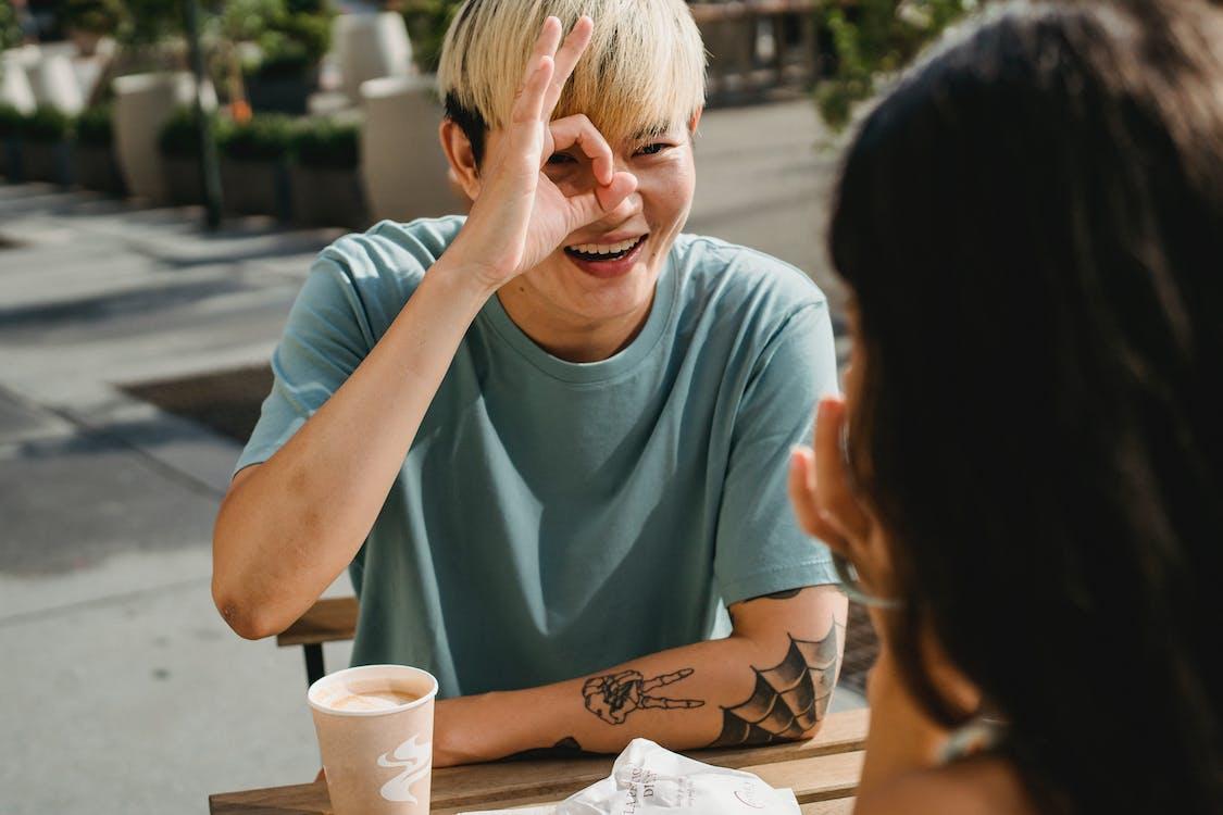 Glimlachende Aziatische Mens Die Ok Gebaar Toont Aan Vriendin