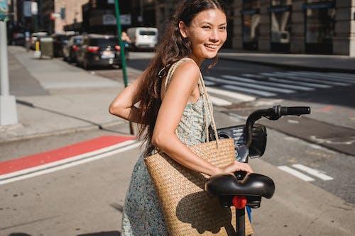 種族正面少婦運載的自行車