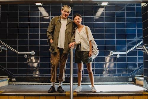 Pasangan Milenial Yang Stylish Berdiri Di Lorong