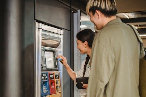 內容對夫婦在地下使用售票機