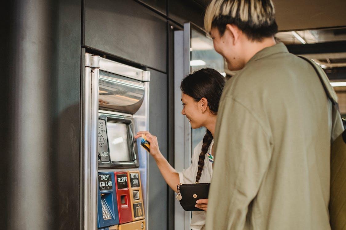 内容对夫妇在地下使用售票机