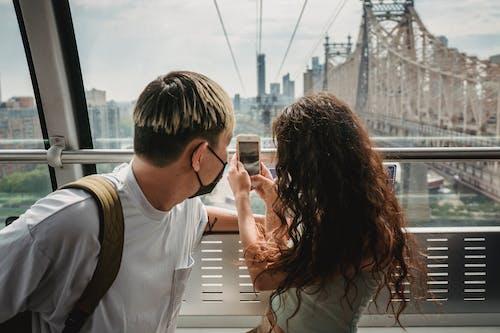 Paar, Das Auf Seilbahn Reitet, Während Es Zusammen Reist