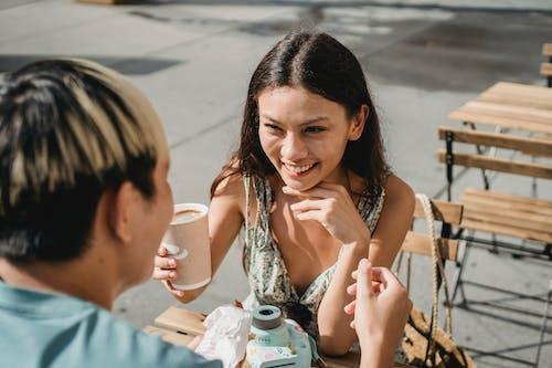 Vrolijke Etnische Vrouw Die Lunch Met Vriendje Heeft