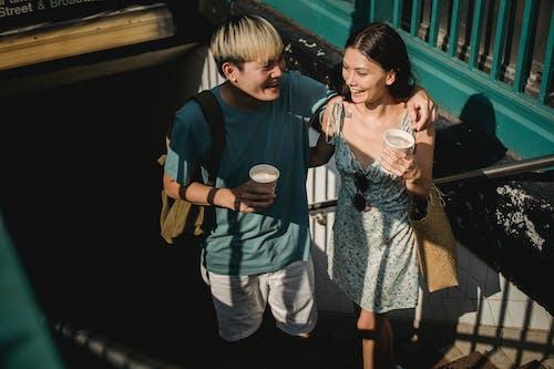 Cặp đôi Châu á Hạnh Phúc Khi Bước Lên Cầu Thang Trong Tàu điện Ngầm