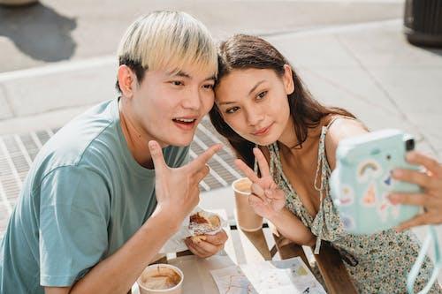 Vrolijke Aziatische Paar Selfie Te Nemen In Café