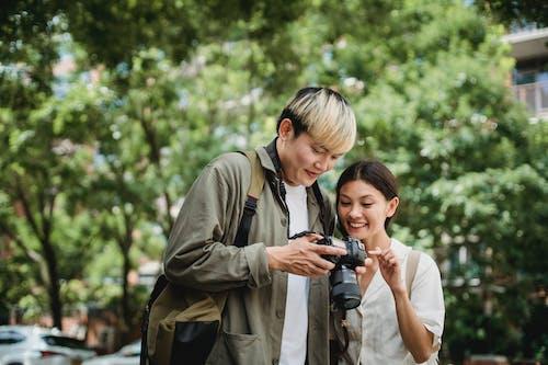 Gelukkig Aziatisch Paar Met Fotocamera