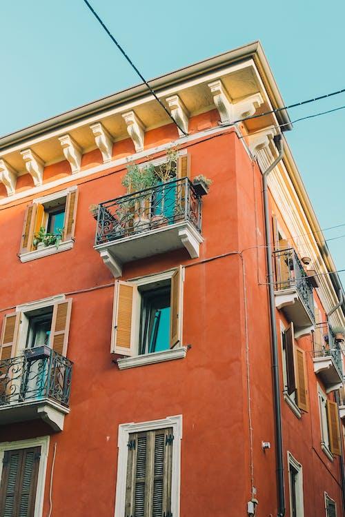 Безкоштовне стокове фото на тему «Windows, балкон, вертикальний»