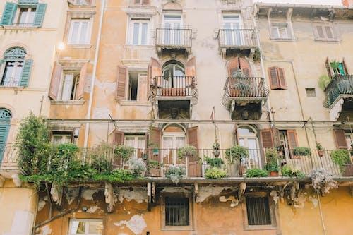 Fotobanka sbezplatnými fotkami na tému architektúra, balkón, cestovný ruch