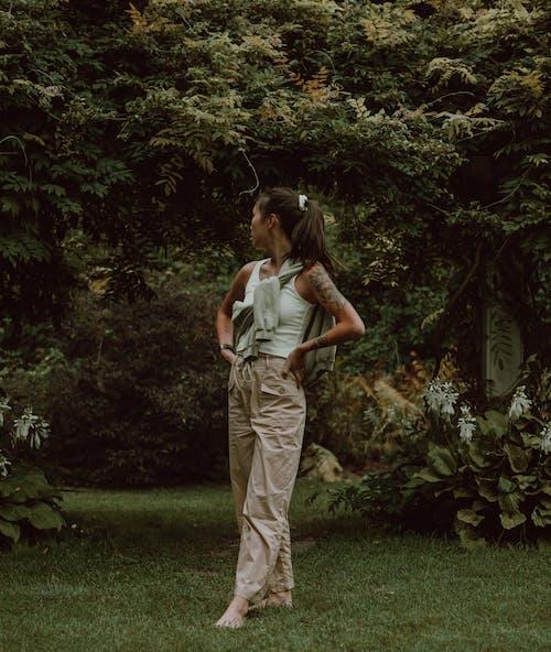 Foto profissional grátis de adulto, ao ar livre, árvore, calça
