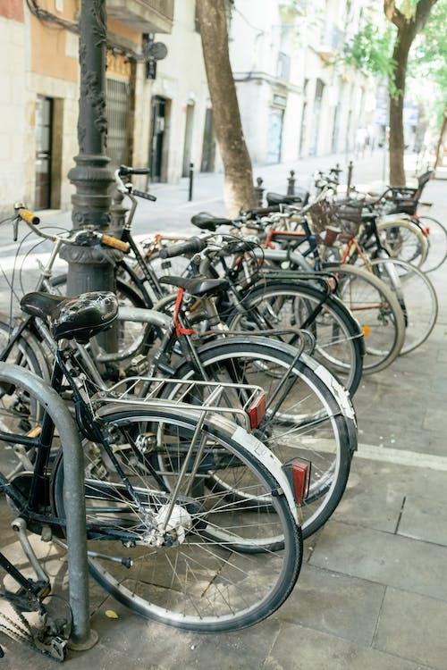 Czarny Rower Zaparkowany Na Chodniku