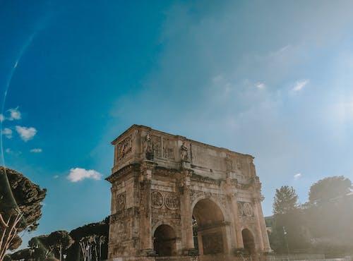 Ilmainen kuvapankkikuva tunnisteilla antiikin roomalainen arkkitehtuuri, sininen taivas, valkoiset pilvet, vihreitä puita