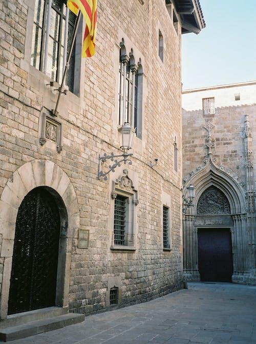 검은 문 갈색 벽돌 건물