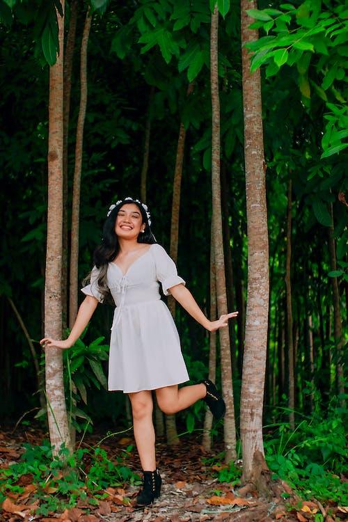Gratis stockfoto met Aziatische vrouw, bloemenkroon, bomen, bossen