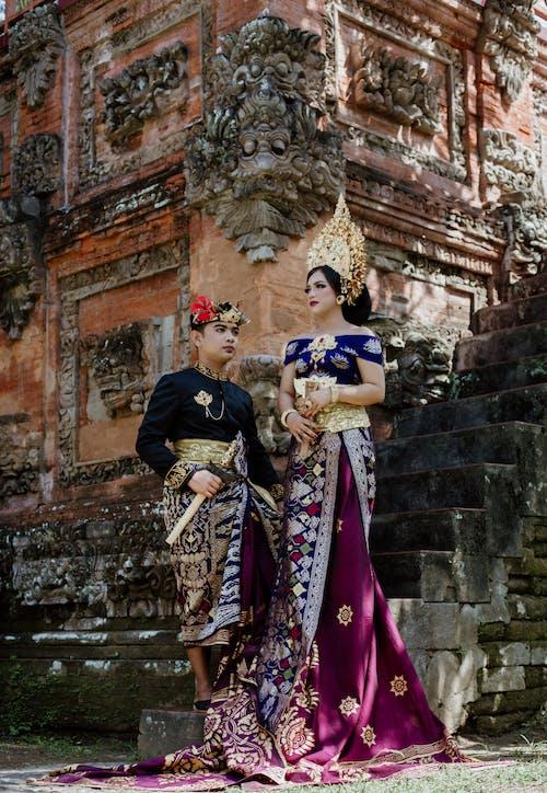 Trendy Ethnisches Paar In Traditioneller Kleidung Auf Treppen Nahe Tempel