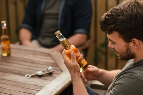 Kostenloses Stock Foto zu bar, berauscht, bier, drinnen