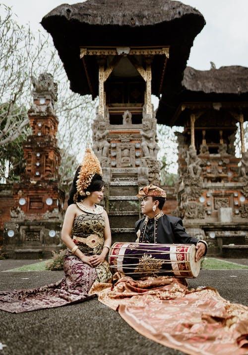 Asiatische Frau Im Blumenkranz Nahe Freund Mit Musikinstrument