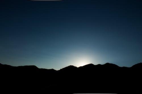 Безкоштовне стокове фото на тему «вечірнє сонце, гарний захід сонця, прибережна гора»