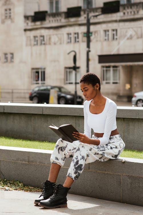 在城裡的非洲裔美國老婦看書