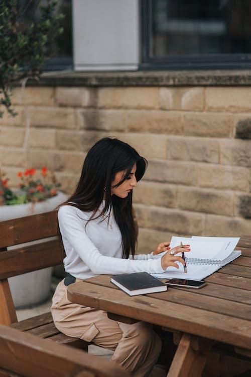Intelligenter Ethnischer Arbeiter Mit Notizbuch Am Straßentisch