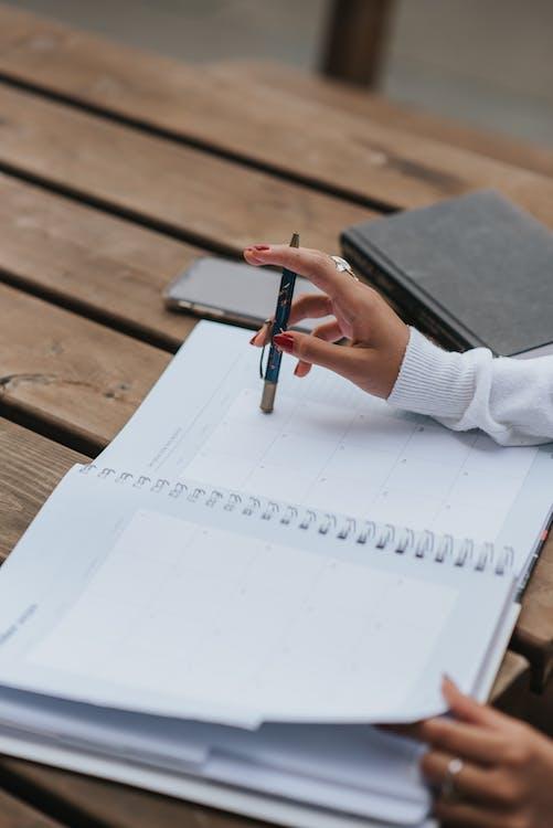 Pangkas Pengusaha Etnis Dengan Notepad Terbuka Di Meja