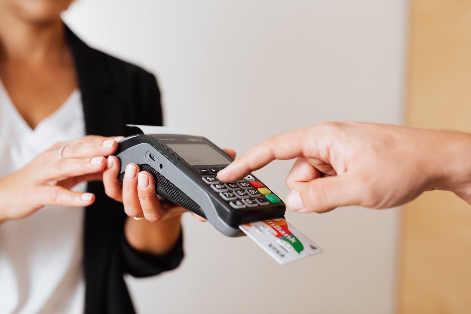 Transaksi kartu kredit memberikan keuntungan reward point