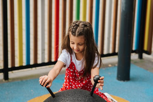 Klein Meisje Spelen Op Speelplaats Op Straat