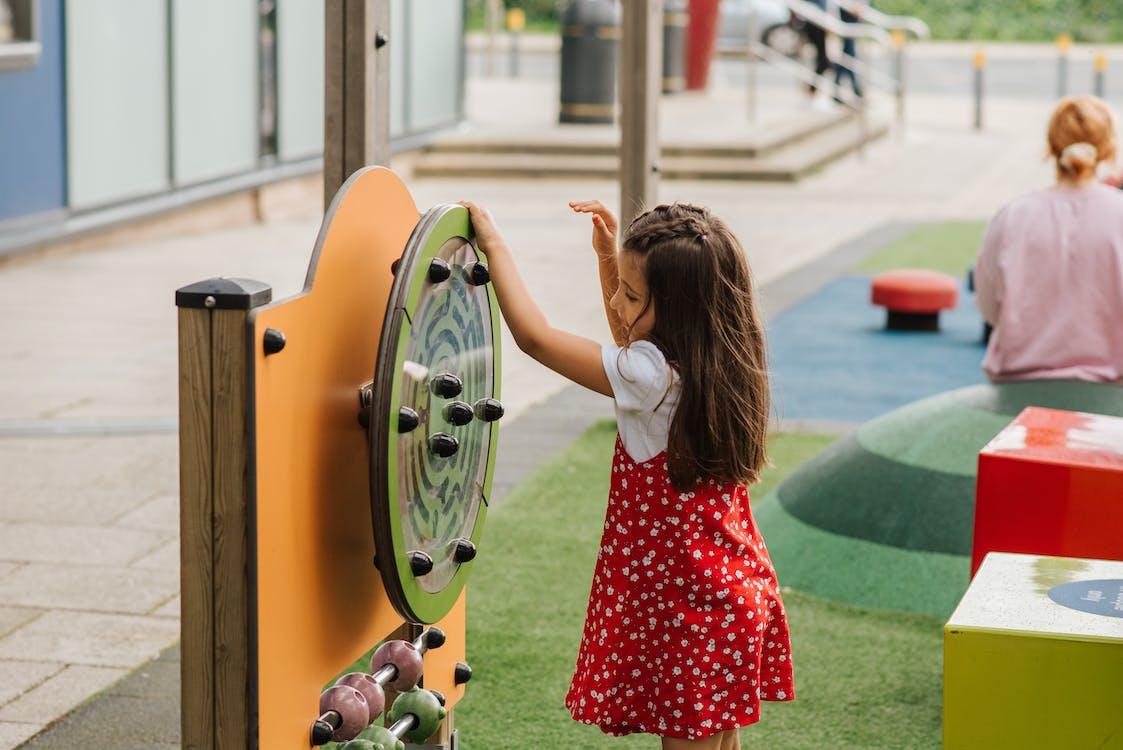 Klein Kind Tijd Doorbrengen Op Speelplaats
