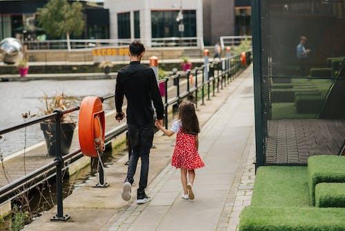 Mujer Irreconocible Con Niño Caminando Cerca Del Estanque