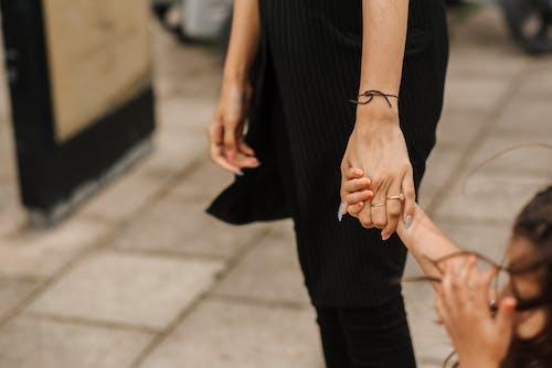 Pangkas Wanita Dan Gadis Berpegangan Tangan Di Jalan