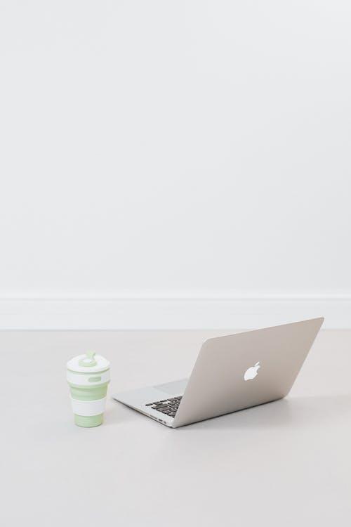 Gratis stockfoto met apparaatje, apple laptop, binnen