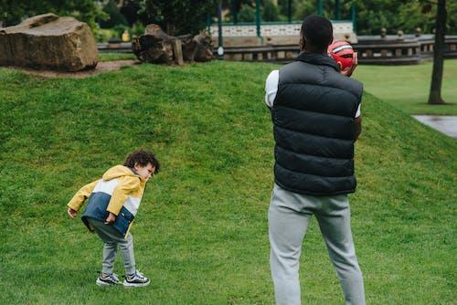 Onherkenbare Zwarte Vader Speelt Met Kind
