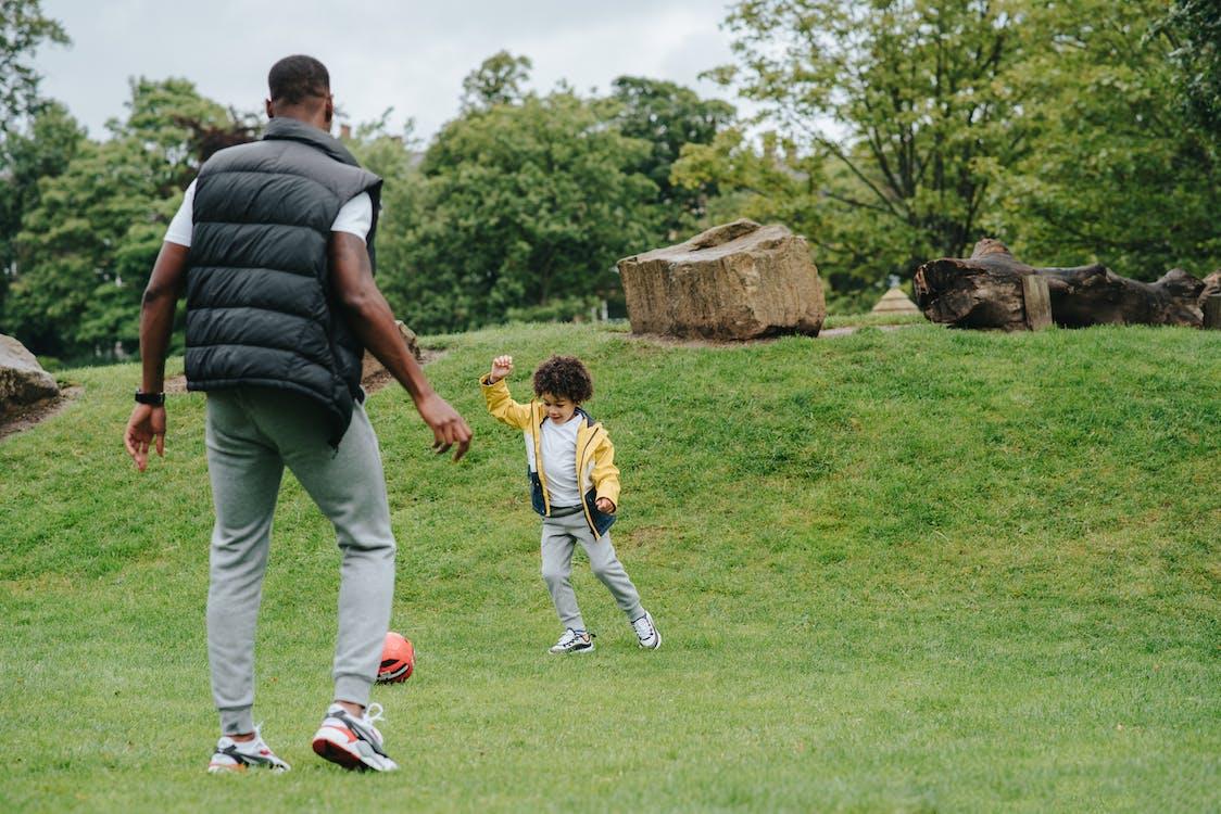 Speelse Zwarte Jongen Voetballen Met Vader