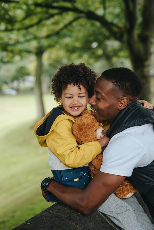 Zwarte Vader Omhelst Zoon In Park