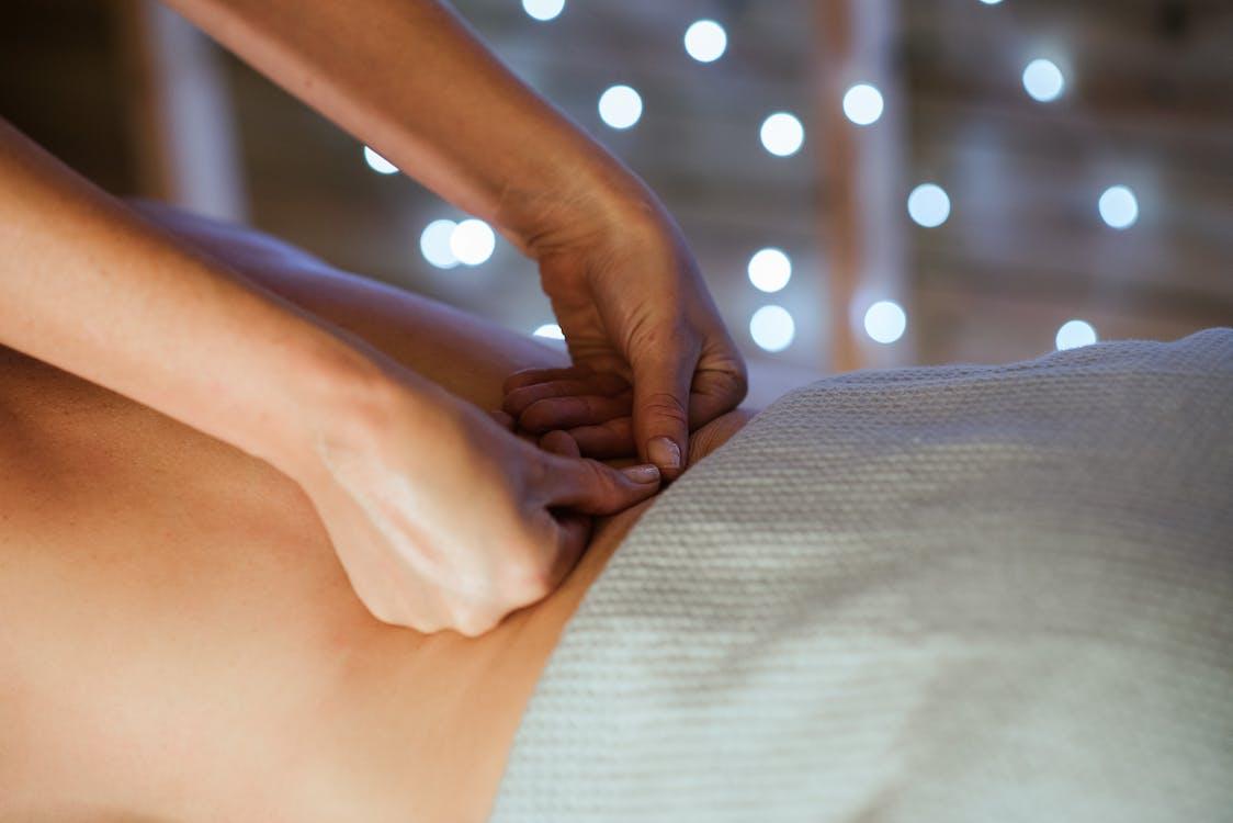 Crop Femme Détendue Recevant Un Massage