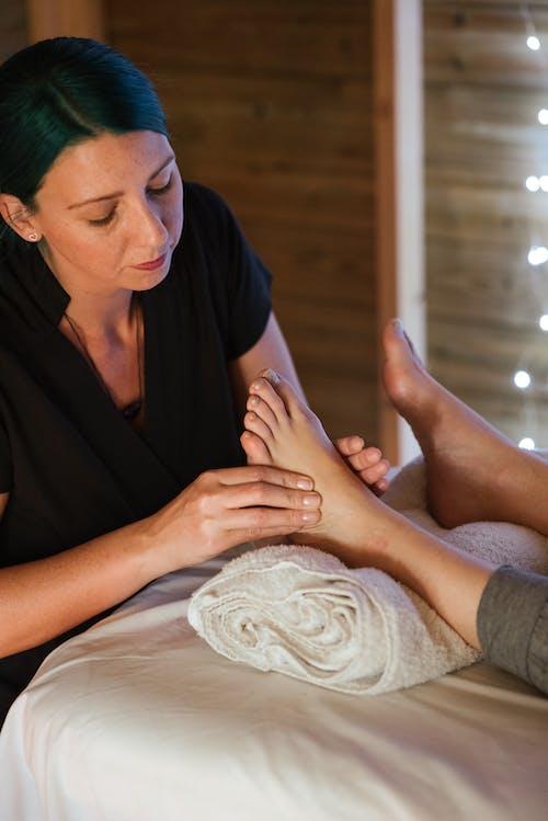 Konzentrierte Masseuse Bei Der Fußmassage