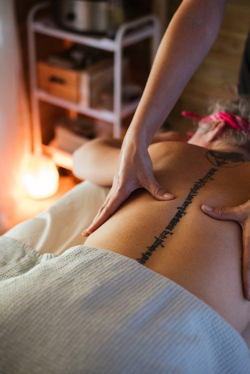 Client De Massage Masseuse Méconnaissable Dans Le Salon