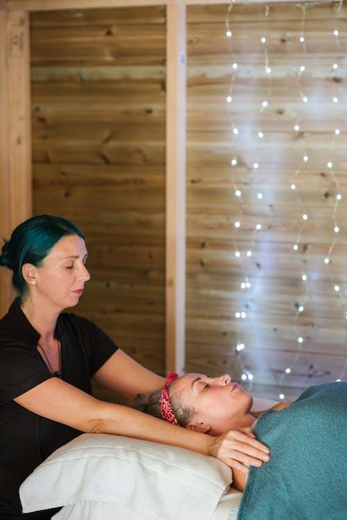 леди получает массаж в спа салоне