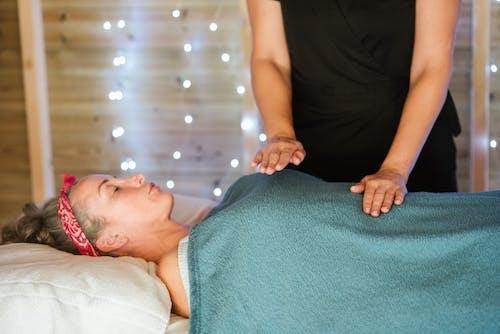Женщина получает массаж от массажиста в салоне