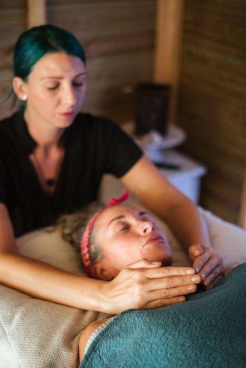 леди наслаждается массажем в спа салоне