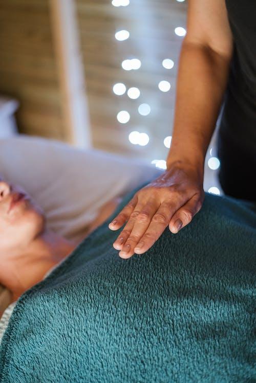 Безликая женщина получает массаж от массажиста